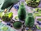 Рецепта Здравословно смути със замразен спанак, замразени боровинки, мед и спирулина (водорасли)